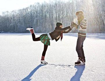 влюбленная парочка катается на коньках